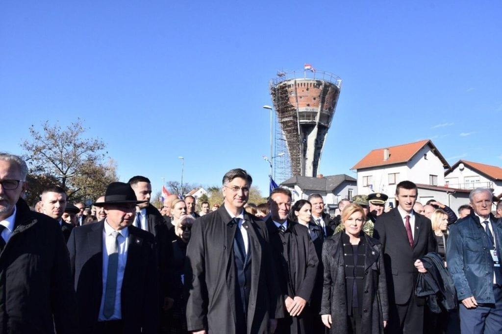 Прем'єр-міністр Хорватії Андрій Пленкович і президент Колінда Грабар-Кітарович під час церемонії пам'яті в Вуковарі, 18 листопада 2019.