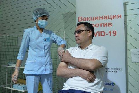 Президент Киргизстану, який пропонував лікувати COVID настоянкою отруйної рослини, вакцинувався