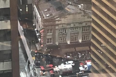В Нью-Йорке вертолет врезался в небоскреб, пилот погиб