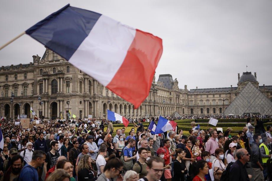 Протест біля Лувру проти вакцинації від COVID-19 у Парижі, 17 липня 2021 р.