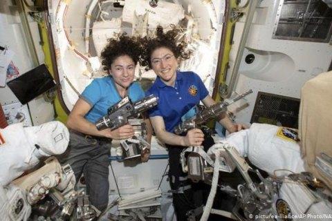 Впервые в открытый космос вышли исключительно женщины: онлайн-трансляция