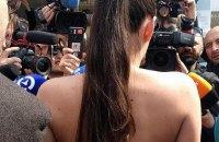 Активистка Femen разделась у избирательного участка Зеленского