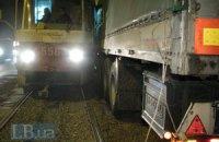 ДТП в Киеве: грузовик поехал по путям и врезался в трамвай