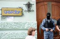 Авакова стерегут двое бойцов: он сбрасывает записки с балкона