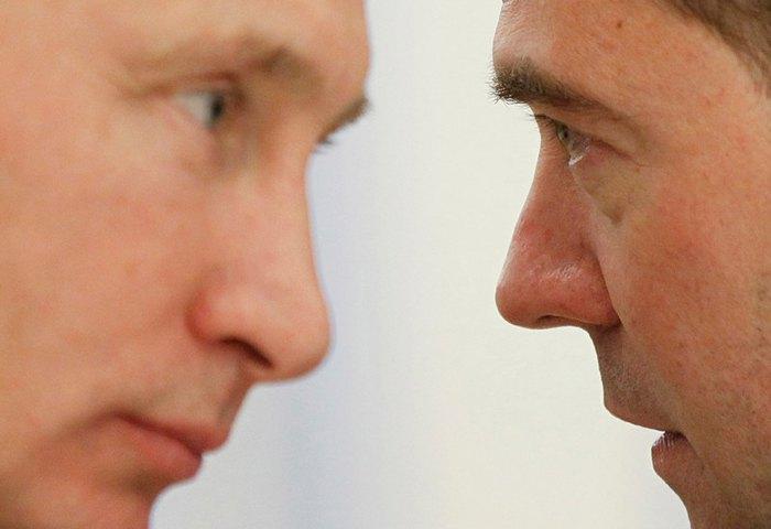 Премьер-министр РФ Владимир Путин (слева) и президент Дмитрий Медведев во время заседания в резиденции Горки под Москвой, 25 ноября 2011