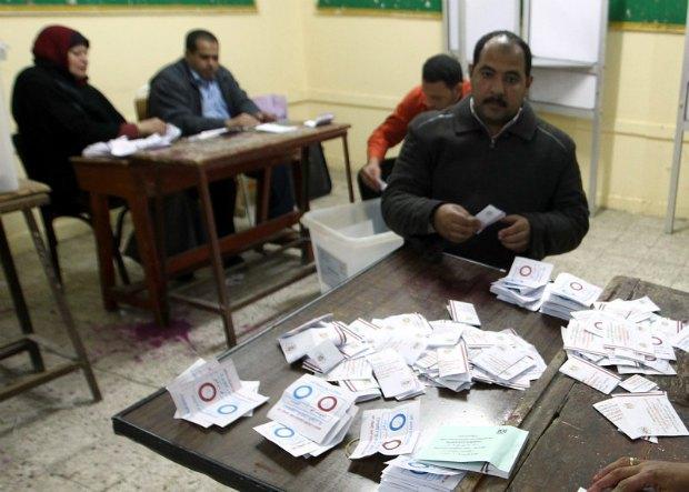 Египетская избирательная комиссия считает бюллетени после голосования