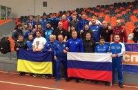 На турнире в Болгарии украинские и российские борцы сделали общее фото на фоне своих флагов
