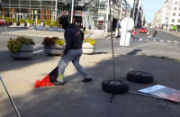 Вандала, разрушившего выставку о Майдане в Риге, оштрафовали на €70