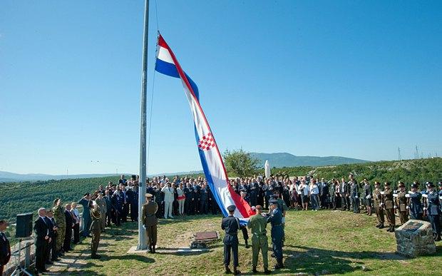 Солдати піднімають прапор Хорватії в Кнінскій фортеці під час святкування операції Буря, 5 серпня 2011