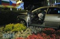 ДТП в Киеве: от столкновения автомобилей пострадала клумба на Европейской