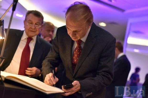 Владимир Огрызко (справа) и советник президента Юрий Богуцкий
