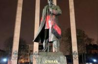 Памятник Бандере во Львове облили красной краской