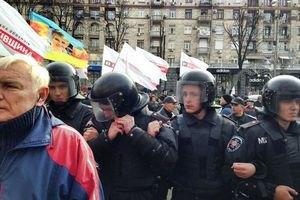 Милиция бросила дымовые шашки в митигующих у Киевсовета