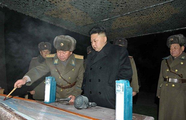 Лидер КНДР Ким Чен Ын во время военных учения