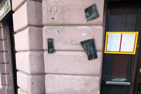 """Житель Одеси, надивившись """"Джокера"""", розбив пам'ятну дошку загиблому проукраїнському активісту"""