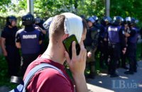 У дома Левочкина полицейский разбил голову журналисту