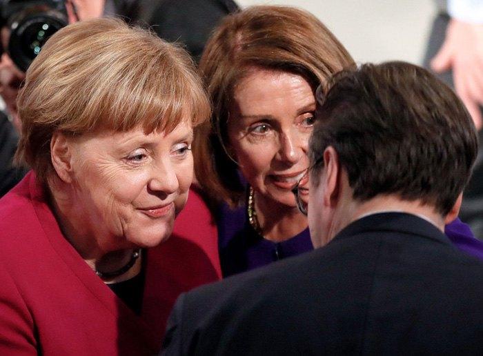 Канцлер Германии Ангела Меркель (слева) и Спикер Палаты представителей США Нэнси Пелоси (в центре) во время Мюнхенской конференции по безопасности, 16 февраля 2019.