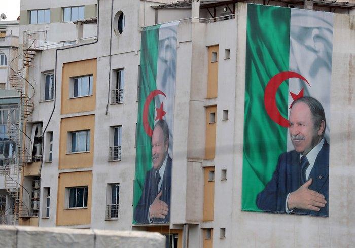 Плакаты c изображением президента Алжира Бутефлики на здании в Алжире, 11 марта 2019.