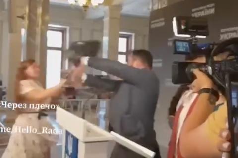 Блогерку Ірму Крат позбавили акредитації в Раді за напад на Потураєва