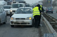 В Киеве кроссовер отправил автомобиль такси в отбойник
