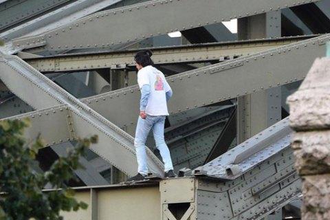 В Кельне протестующий беженец заблокировал движение на оживленном мосту