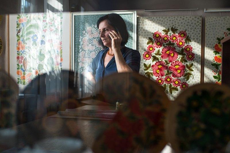 Художница Валентина Панко в музее своего отца, известного петриковского художника Фёдора Панко. После смерти отца она стала директором музея.