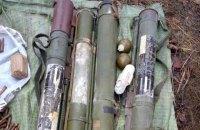 Вблизи линии разграничения на Луганщине нашли тайник с противотанковыми гранатами и боеприпасами