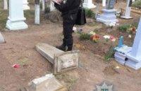 На кладбище в Одесской области трехлетнюю девочку убило могильной плитой