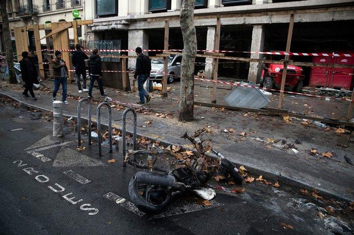 Последствия ночных протестов в Париже, 2 декабря 2018.