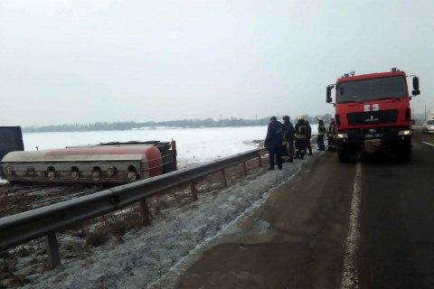 30 тонн спирта вылилось в поле из-за аварии автоцистерны в Киевской области