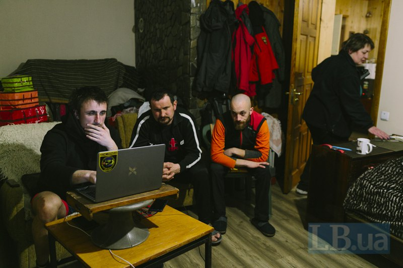 Рятувальники вносять дані, зібрані за день у міжнародну базу