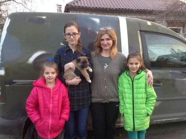 Семья переселенцев из Крыма забрала собаку из Донецкой области.