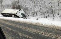 На трассе Киев-Чоп в Закарпатской области перевернулся грузовик