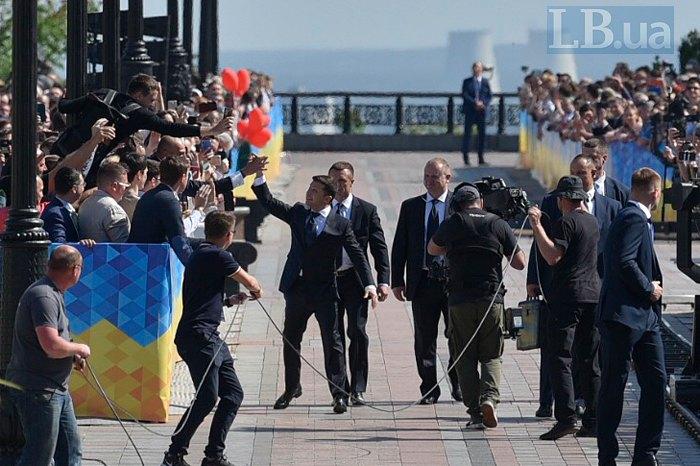 Владимир Зеленский— 1-ый  президент, пешком отправившийся нацеремонию инаугурации
