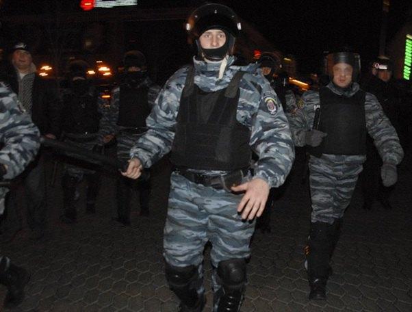 Обвинувачений Сергій Лобода (в центрі) під час розгону Майдану 30-го листопада