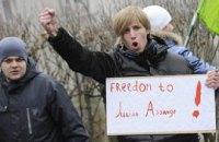 В Киеве активисты требуют оставить в покое Джулиана Ассанжа