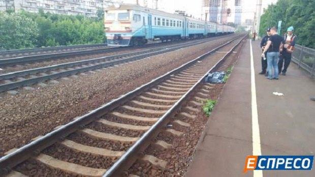 Девушке поезд перерезал ноги фото