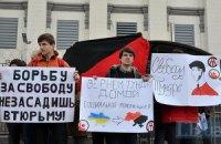 Активисты потребовали под посольством России в Киеве отпустить украинских политзаключенных