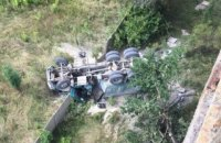 В Харькове грузовик с песком упал с моста