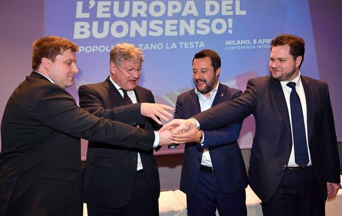 Слева-направо: Олли Котро из партии *Истинные финны*, Йорг Мойтен из АдГ, Маттео Сальвини из итальянской *Лиги* и Андерс Вистисен из Датской народной партии во время встречи представителей европейских правых партий в Милане, 8 апреля 2019.