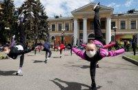 """Гімнастки """"Школи Дерюгіних"""" провели тренування перед Жовтневим палацом у знак протесту проти виселення"""