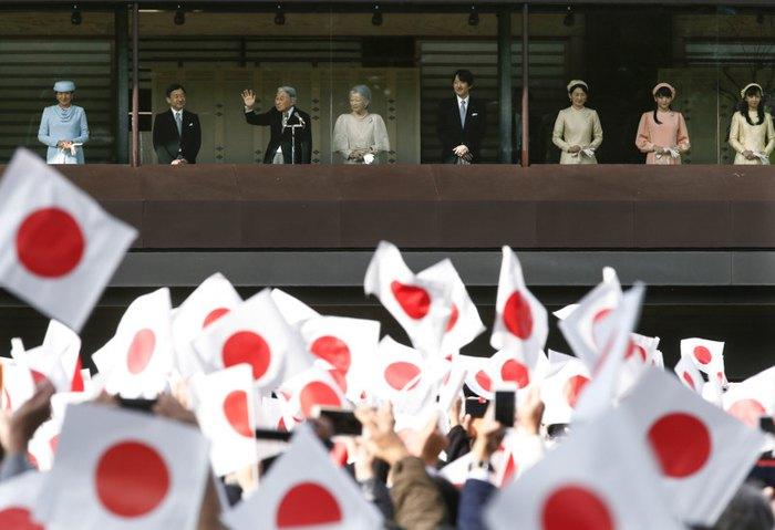 Бывший император Японии Акихито (третий слева) с императрицей Мичико (четвертая слева), наследный принцем Нарухито (второй слева), наследной принцессой Масако, принцем Акисино, принцессой Мако и принцессой Како празднуют 83-й день рождения императора в Императорском дворце в Токио, 23 декабря 2016