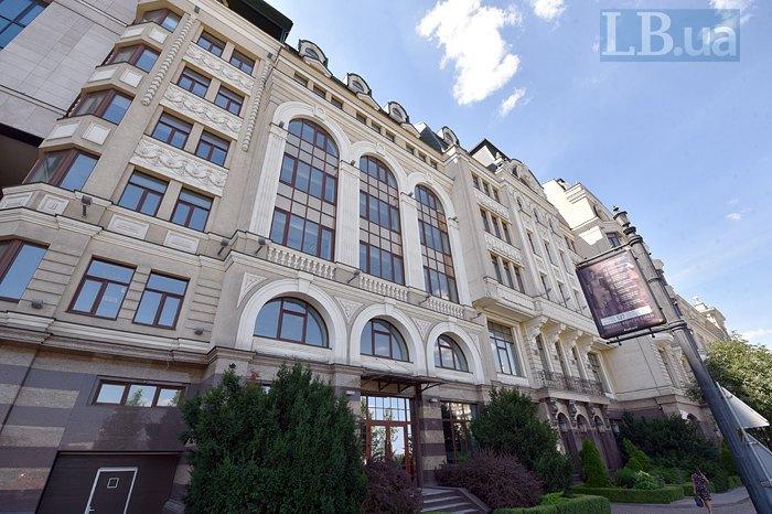 Бізнес-центр Володимирський ліворуч від фунікулеру
