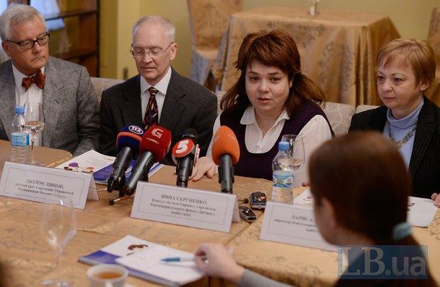 </b><b>Інна Сергієнко на фото друга справа</b><b>