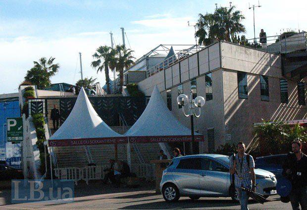 Вход в зал Шестидесятилетия, где проходят показы <<The day after>> - конкурсные фильмы крутят на следующий день после пресс-показа и премьеры