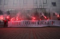 Активісти запалили фаєри біля будівлі суду в Києві, де розглядають апеляцію Мангера