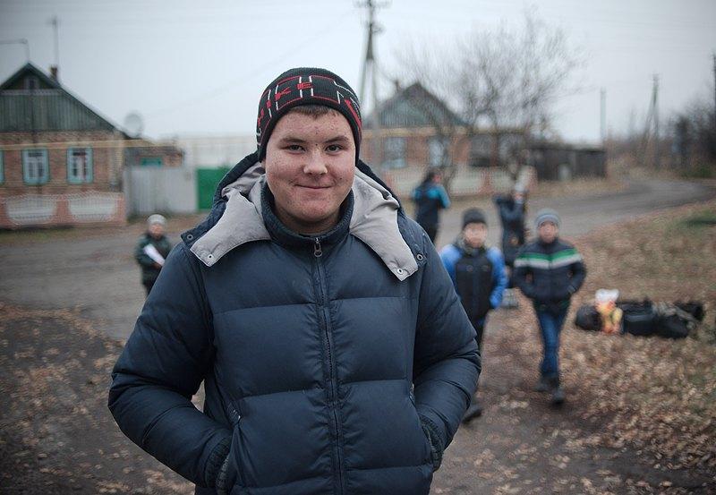 Артем, школяр із Зайцевого, позує, чекаючи на шкільний автобус. Хлопець виїхав з мамою із Зайцевого до Харківської області(більше ніж за 200 км) взимку 2014 р. Під час активних бойових дій. Але потім сім`я повернулася.