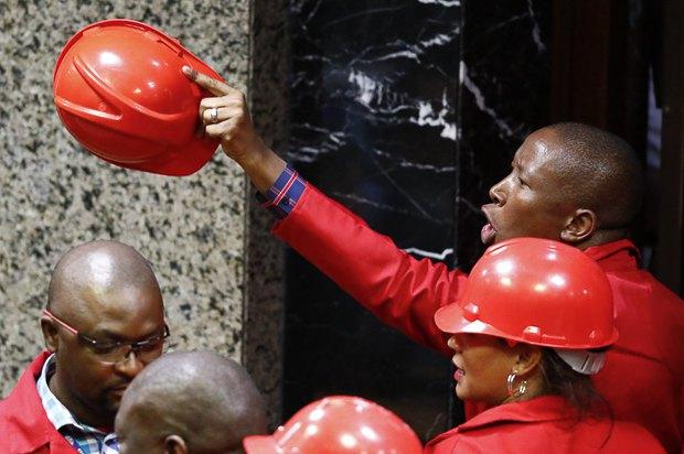 Юлиус Малема (справа) и члены его партии «Борцы за экономическую свободу» покидают парламент, Кейптаун, ЮАР, 31 августа 2017.