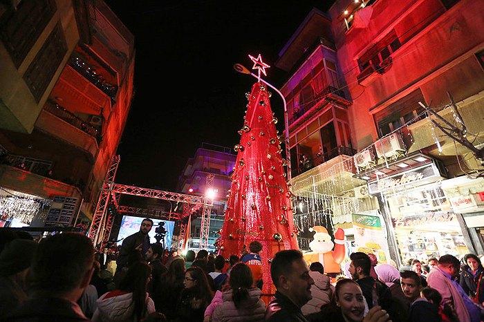 Огни на рождественской елке зажгли и в Дамаске, Сирия