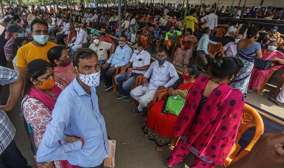 Люди в очереди на вакцинацию от COVID-19 в центре вакцинации в Мумбаи, 21 апреля 2021